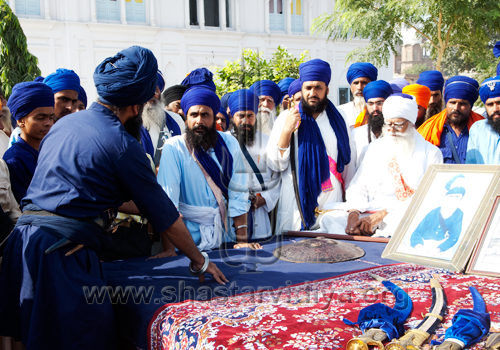 Gurdev Nidar Singh Nihang in discussions with the Baba Daya Singh and his sons of the Bidhi Chandia Dal during the filming of the Discovery Channel documentary on the Chakar (quoit), Sursingh, Punjab